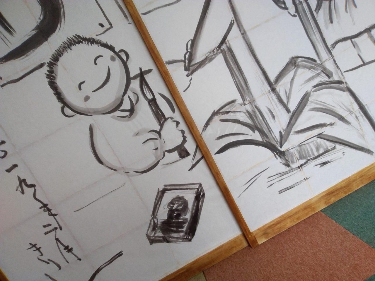 筆を持つ子供が墨絵を描く様子を書いた障子絵